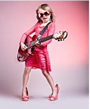 roze meisje met gitaar en zonnebril